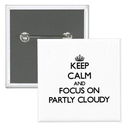 Gardez le calme et le foyer sur partiellement nuag badges avec agrafe