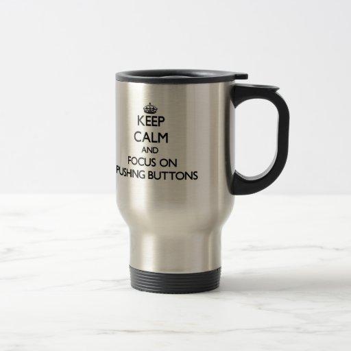 Gardez le calme et le foyer sur pousser des bouton mug