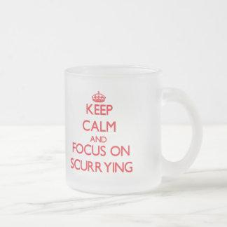 Gardez le calme et le foyer sur se précipiter mug en verre givré