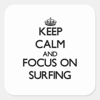 Gardez le calme et le foyer sur surfer sticker carré