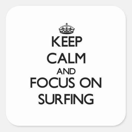 Gardez le calme et le foyer sur surfer stickers carrés