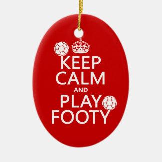 Gardez le calme et le jeu Footy (le football) (le Ornement Ovale En Céramique