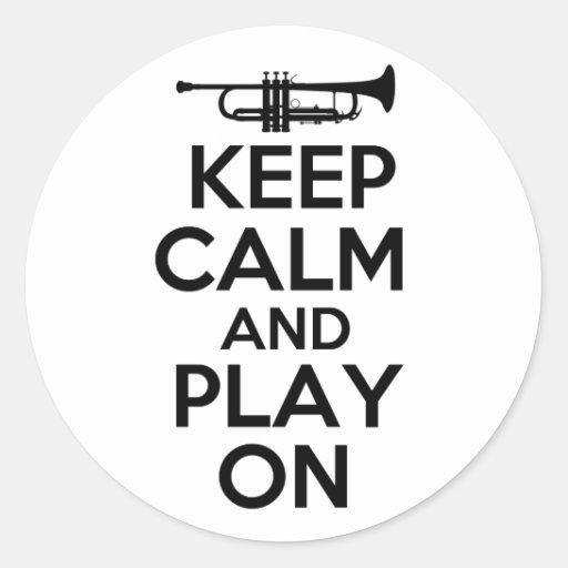 Gardez le calme et le jeu sur (la trompette) autocollants ronds