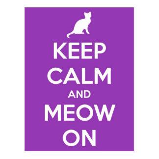 Gardez le calme et le Meow sur le pourpre Carte Postale