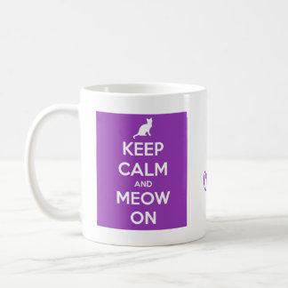 Gardez le calme et le Meow sur le pourpre Mug Blanc