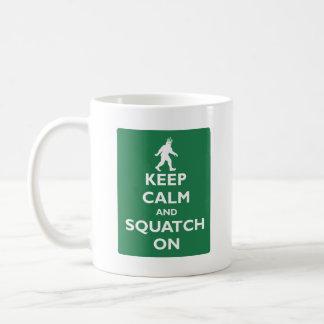 Gardez le calme et le Squatch dessus Mug