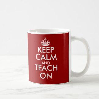 Gardez le calme et l'enseignez sur la tasse pour