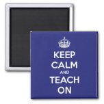 Gardez le calme et l'enseignez sur le bleu aimant pour réfrigérateur