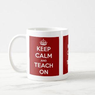 Gardez le calme et l'enseignez sur le rouge mug