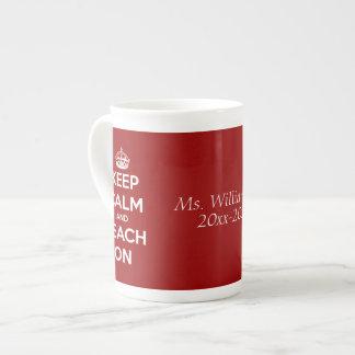 Gardez le calme et l'enseignez sur le rouge person mug