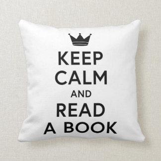 Gardez le calme et lisez un coussin livresque de