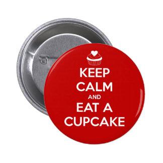 Gardez le calme et mangez un rouge de petit gâteau badge