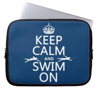 Gardez le calme et nagez sur (dans toute couleur) housse pour ordinateur portable