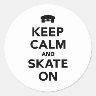 Gardez le calme et patinez dessus sticker rond