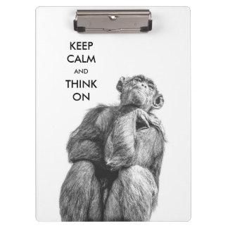 Gardez le calme et pensez sur le chimpanzé drôle