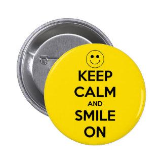 Gardez le calme et souriez sur le jaune badge
