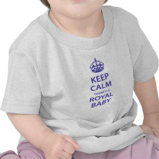 Gardez le calme il y a un bébé royal t-shirts
