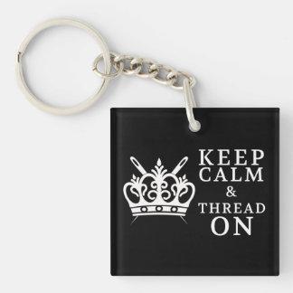 Gardez le fil calme sur des métiers {foncés} porte-clé carré en acrylique double face