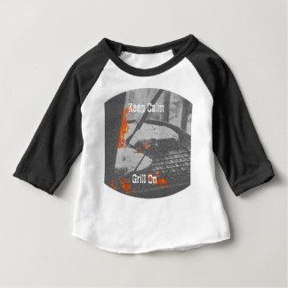 Gardez le gril calme dessus t-shirt pour bébé