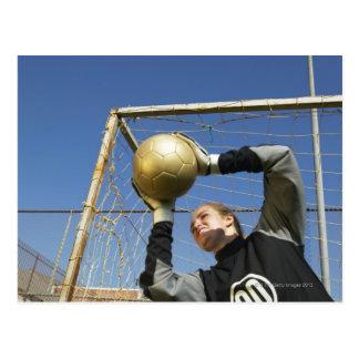 Gardien de but féminin (12-14) tenant la boule, carte postale