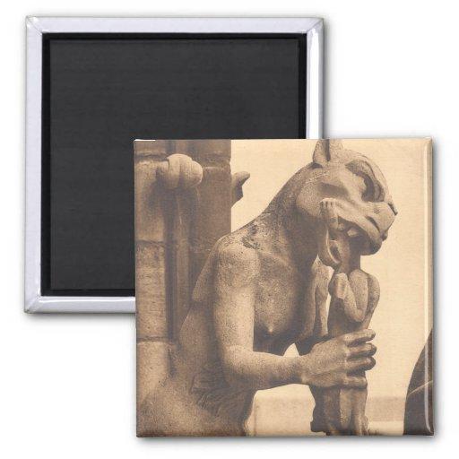 Gargouille de Notre Dame mangeant un casse-croûte Aimants Pour Réfrigérateur