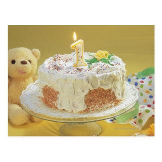 Gâteau d'anniversaire avec un ours de bougie et de carte postale
