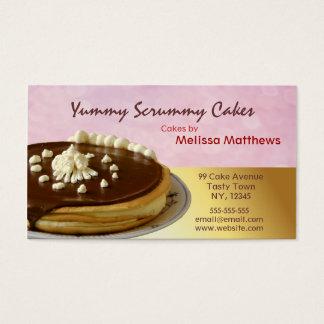 Gâteaux délicieux rouges et carte de visite jaune