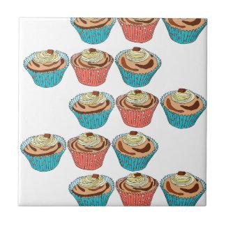 Gâteaux heureux de tasse petit carreau carré