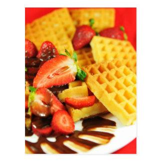 Gaufre belge et fraises de chocolat carte postale