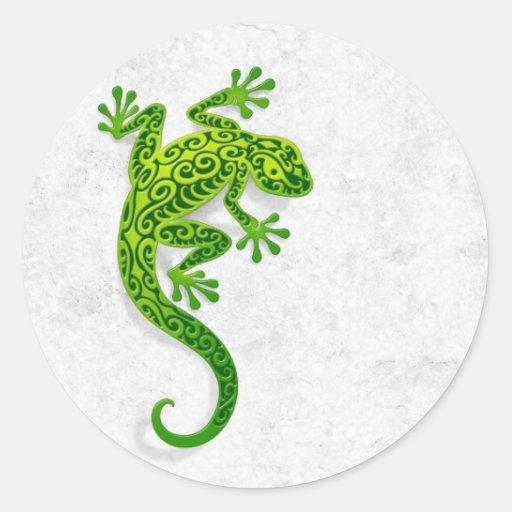 Gecko vert s'élevant sur un mur blanc adhésifs ronds