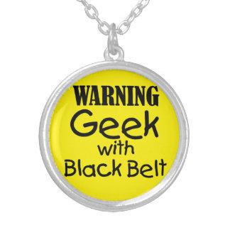 Geek d'avertissement avec le collier de ceinture