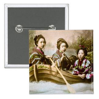 Geisha trois dans une plaque en verre vintage de badge
