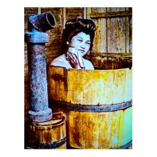 Geisha vintage se baignant dans un baquet en bois cartes postales