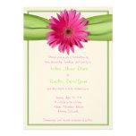 Gerbera rose avec l'invitation verte de ruban de s