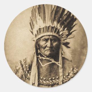 Geronimo dans la sépia vintage de portrait de robe sticker rond