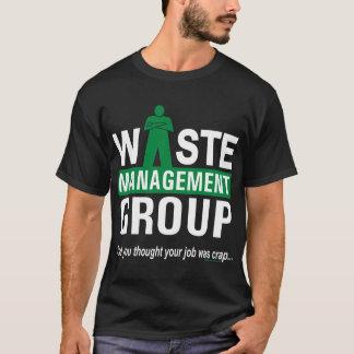 Gestion des déchets sur le noir t-shirt