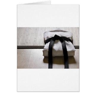Gi de judo sur le tapis de Tatami Cartes