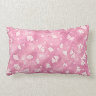 Ginkgos et coussin rose-clair de fleurs