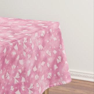 Ginkgos et nappe rose-clair de fleurs