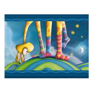 Girafe avec les chaussettes rayées cartes postales
