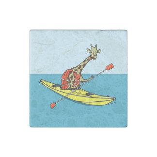 Girafe dans un kayak magnet en pierre