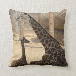 Girafe de maman et de bébé, carreau d'Earthtone Coussins Carrés