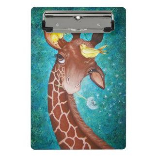 Girafe mignonne avec la peinture d'oiseaux