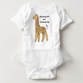 Girafe mignonne se tenant grande rêvant le grand body