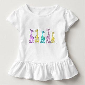 Girafes de bébé dans un T-shirt hérissé par enfant