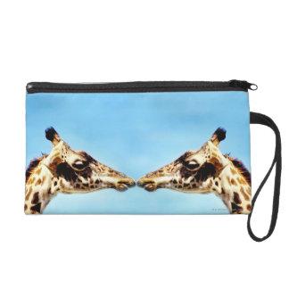 Girafes touchant des nez pochette avec dragonne