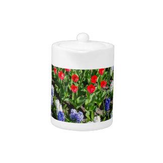 Gisement de fleurs avec les tulipes bleues et les