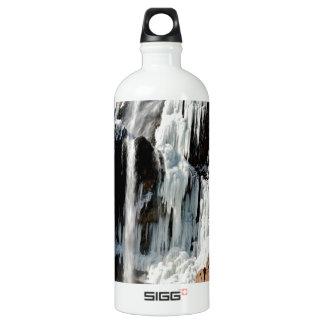 Givrage de l'eau sur des roches