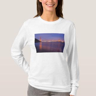 Golden gate bridge au crépuscule de la crique de t-shirt