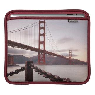 Golden gate bridge contre des montagnes poches pour iPad
